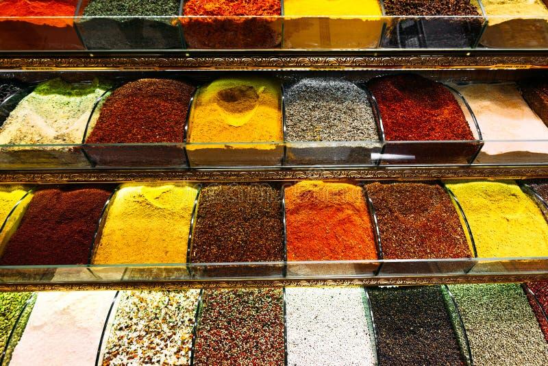 Bunte Gewürze in einem traditionellen türkischen Basar Gew?rze f?r das Kochen Shop mit Gew?rzen Verkauf von orientalischen Gewürz stockfotografie