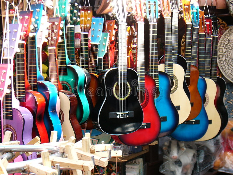 Bunte Gitarren stockfotos