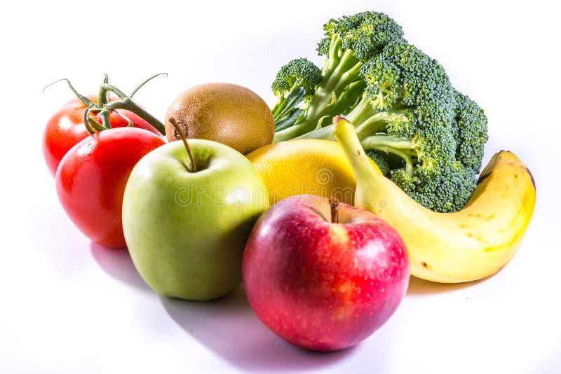 Bunte Gruppe frische Nahrungsmittelbrokkoli-Bananen-Äpfel Kiwi Tomato stockfotos