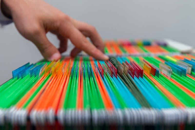 Bunte Hängeregister des abstrakten Hintergrundes im Fach Bemannt Handsuchdokument lizenzfreie stockbilder