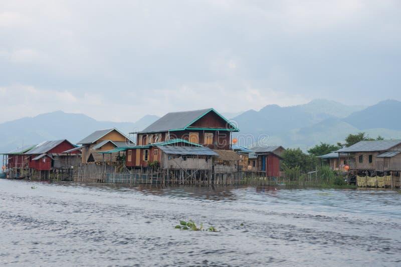 Bunte Häuser auf berühmtem inle See in Mittel-Myanmar stockbilder