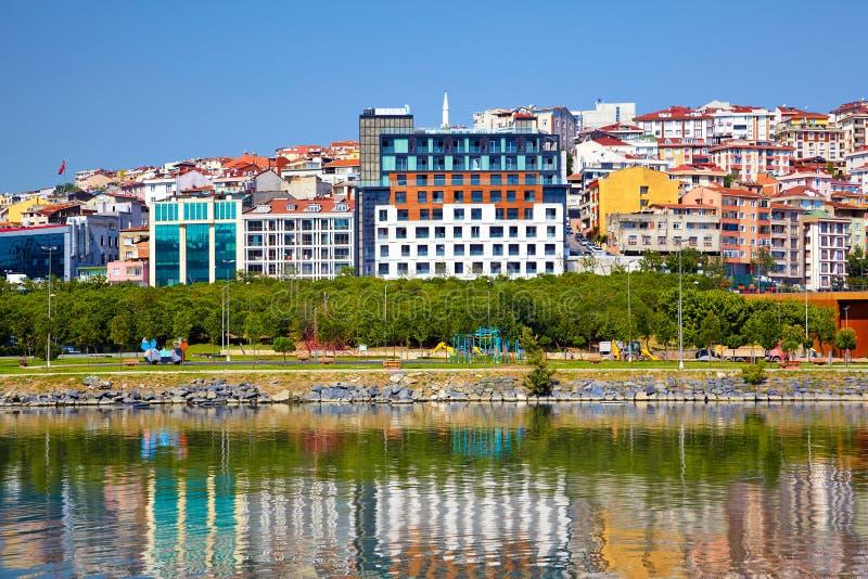 Bunte Häuser auf dem Wasser, Istanbul lizenzfreies stockfoto