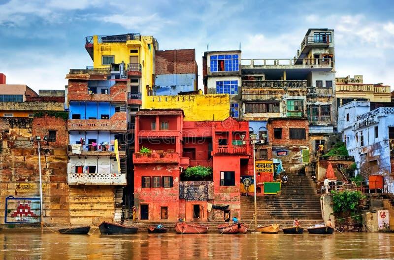 Bunte Häuser auf Fluss der Ganges, Varanasi, Indien stockbilder