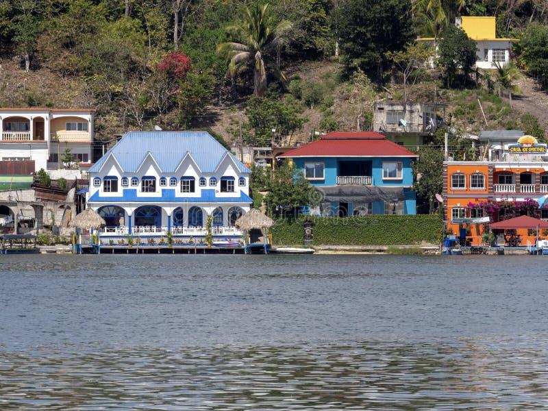 Bunte Häuser auf See Peten Itza, Flores, Guatemala stockbilder