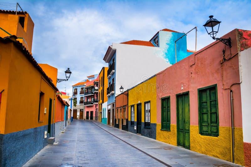 Bunte Häuser auf Straße in Puerto de la Cruz-Stadt, Teneriffa, stockbilder