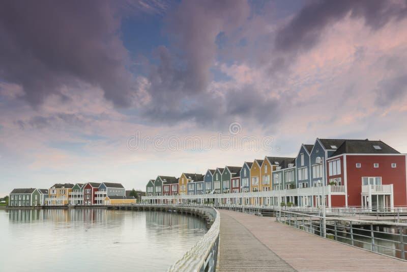 Bunte Häuser an der Dämmerung in Houten, die Niederlande stockfotos