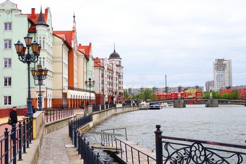 Bunte Häuser entlang der Ufergegend in der kulturell-ethnographischen Mitte des Fischerdorfes, Kaliningrad, Russland, bewölkt stockfotografie
