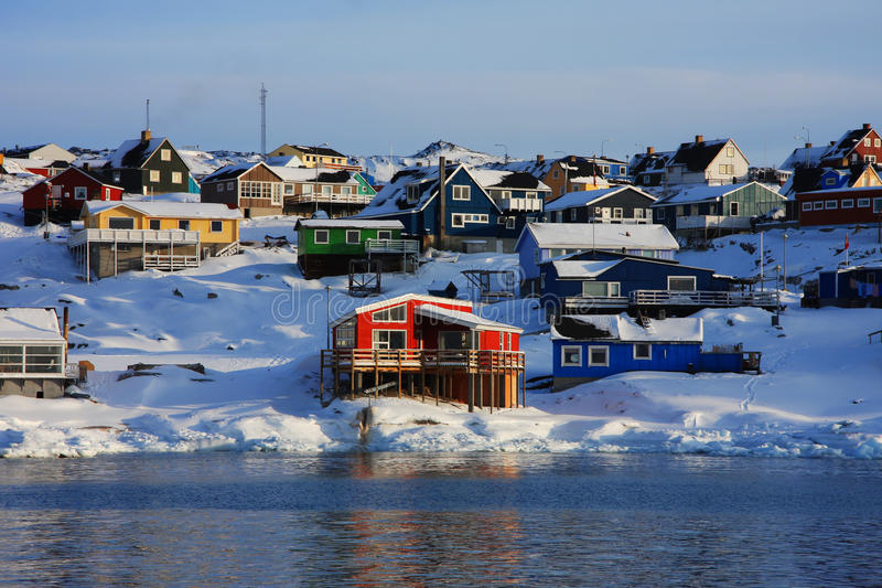 Bunte Häuser in Grönland lizenzfreies stockbild