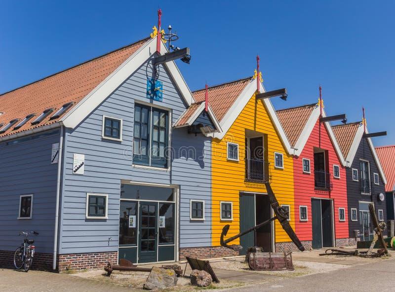 Bunte Häuser am Hafen von Zoutkamp stockfotos