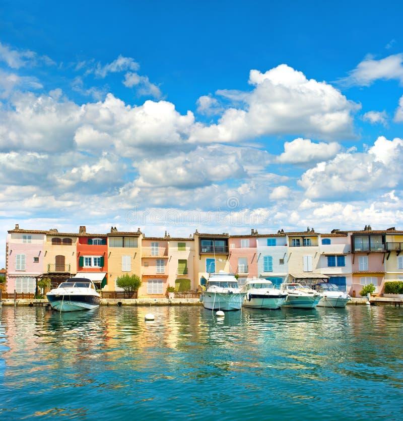 Bunte Häuser in PortGrimaud in Provence stockfotografie