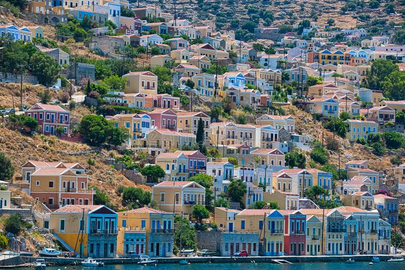Bunte Häuser Symi-Stadt, Insel von Symi lizenzfreies stockfoto