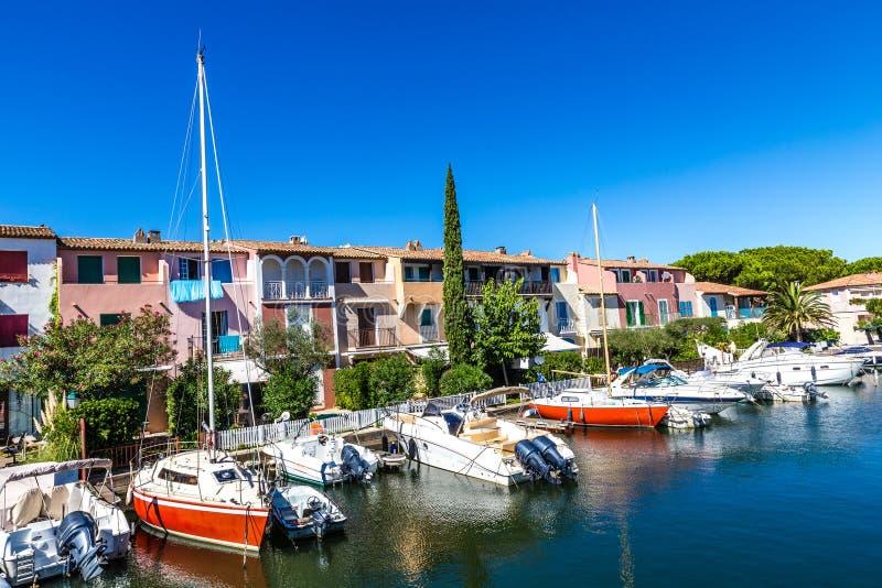 Bunte Häuser und Boote im Hafen Grimaud-Frankreich stockbilder