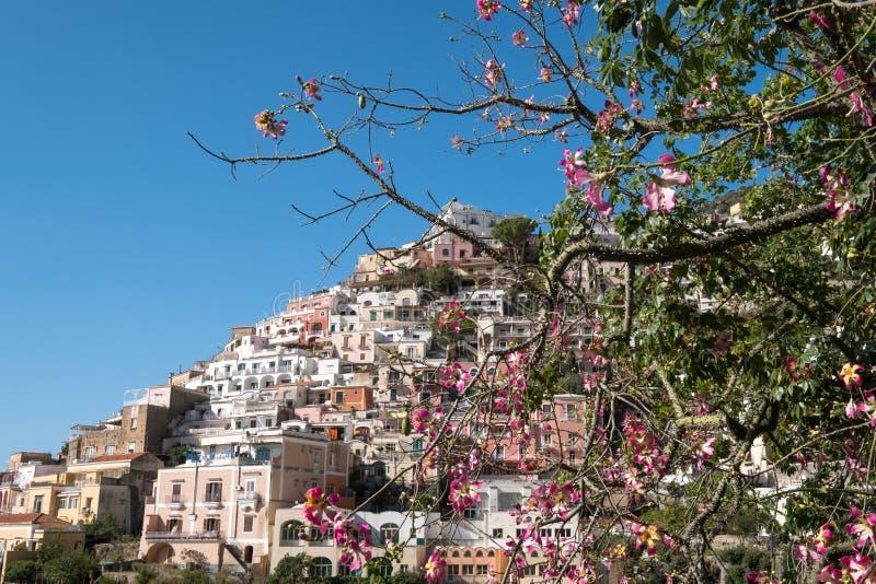Bunte Häuser, welche die Gebirgs-Seite in der herrlichen Stadt von Positano auf der Amalfi-Küste in Süd-Italien umarmen stockfotografie