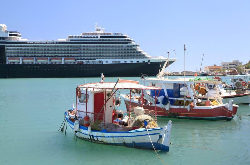 Bunte hölzerne Fischerboote im griechischen Hafen stockbilder