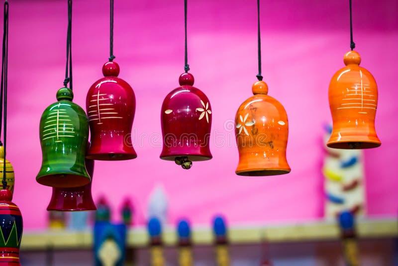 Bunte hölzerne Glocken, die durch Schnur hängen Teil hornsection stockbild