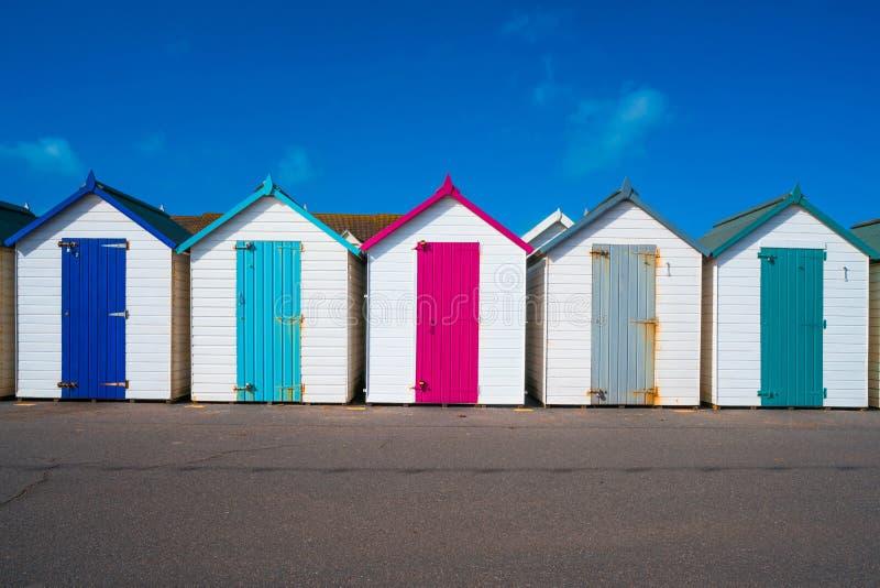 Bunte hölzerne Hütten auf dem Strand lizenzfreies stockfoto