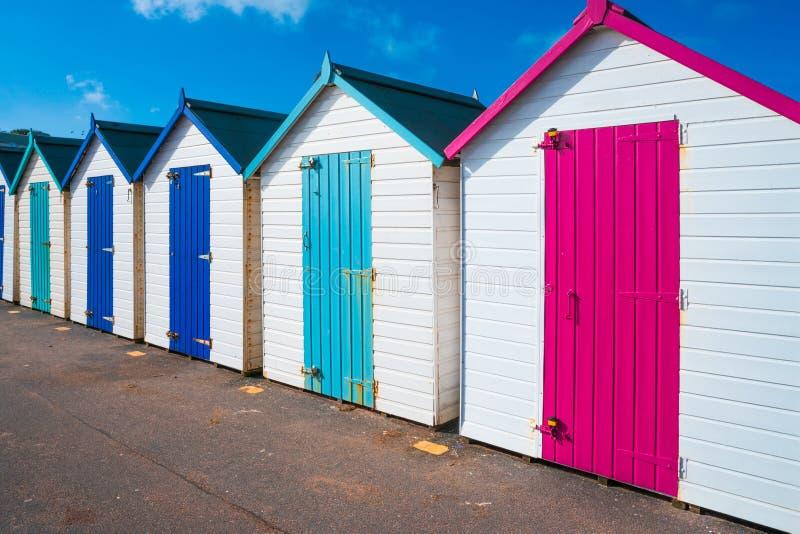 Bunte hölzerne Hütten auf dem Strand lizenzfreies stockbild