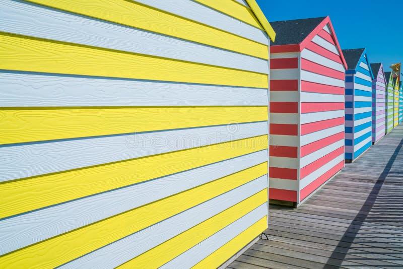 Bunte hölzerne Hütten auf Hastings-Pier lizenzfreie stockfotos