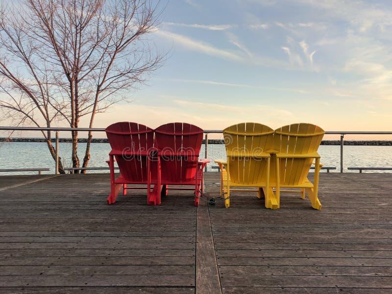 Bunte hölzerne Muskoka-Stühle an der Ufergegend-Spur, Toronto, Kanada stockbilder