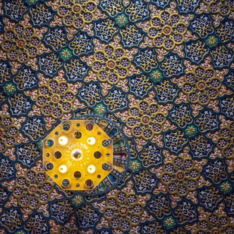 Bunte h?lzerne aufw?ndige Decke mit den Blumen- und geometrischen Mustern an historischem Manial-Palast von Prinzen Mohammed Ali, lizenzfreies stockbild