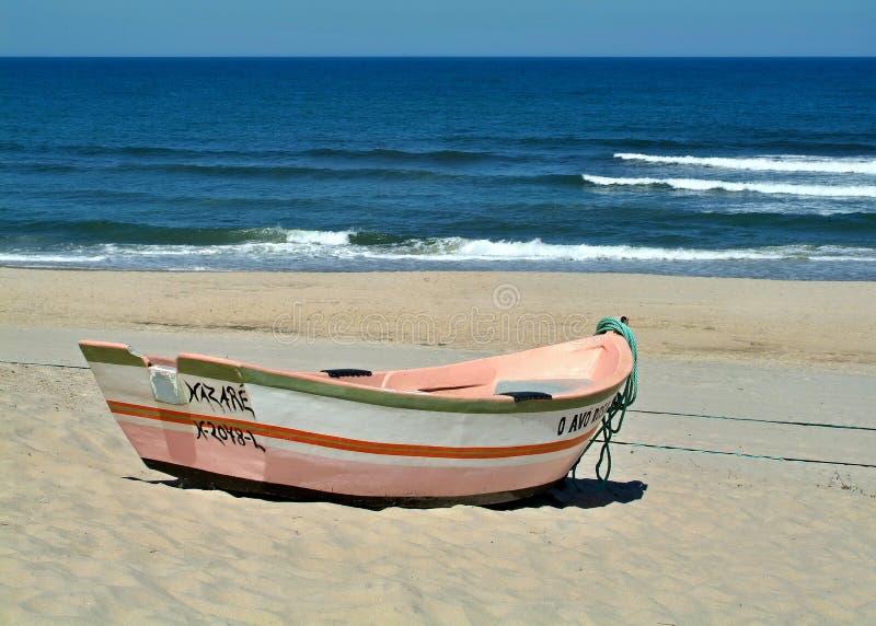 Bunte h?lzerne Fischerboote auf Westk?stenstrand Portugals stockfotos