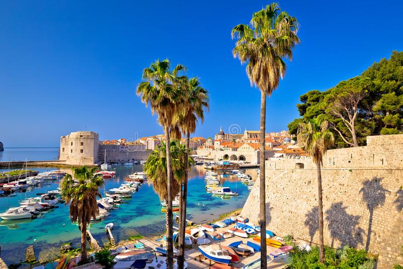 Bunte Hafenansicht Dubrovniks von Ploce-Tor lizenzfreie stockfotografie
