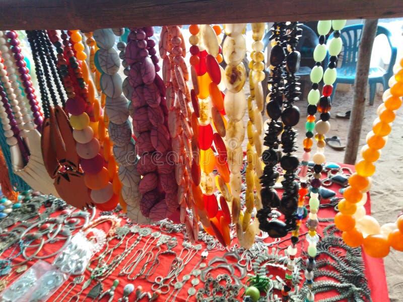 Bunte Halsketten in Anjuna-Markt, Goa, Indien stockbilder