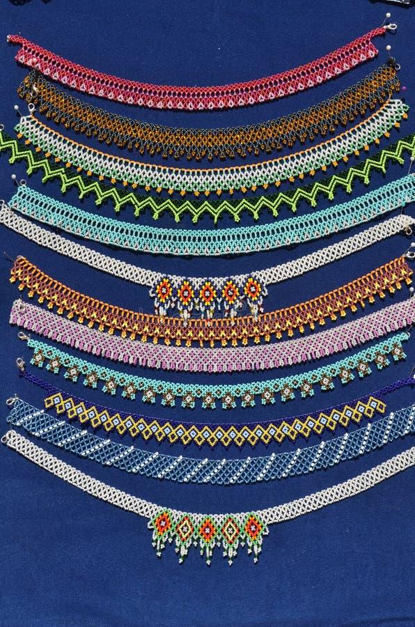 Bunte Halsketten gemacht von den Perlen stockbild