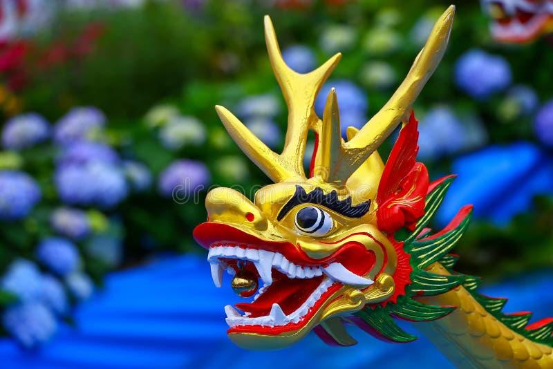 Bunte Hand schnitzte chinesischen Drachekopf stockbilder