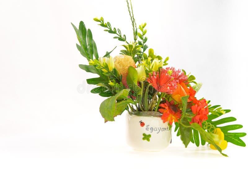Bunte handgemachte Blume im weißen Vase lizenzfreie stockfotografie