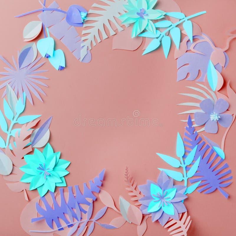 Bunte handgemachte tropische Papier- Blumen und Beine auf blauem Pastell- Hintergrund mit copyspace, Saison-Ostern-Kranz, Sommer stockbilder