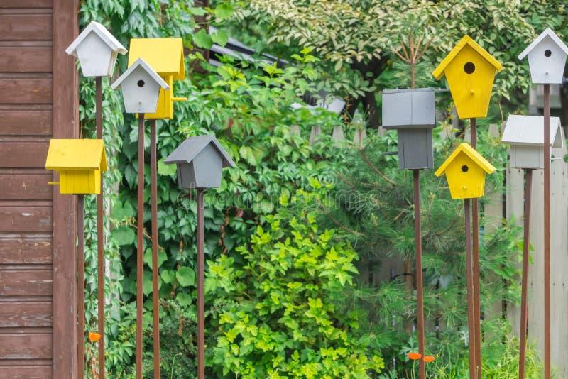 Bunte handgemachte Vogelhäuser und Nistkästen in der ländlichen Straße lizenzfreie stockfotografie