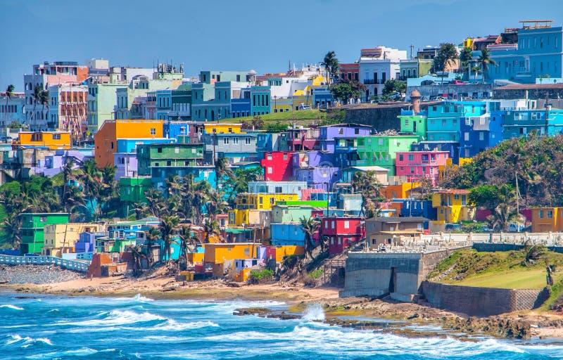 Bunte Hauslinie die Ozeanfront in San Juan, Puerto Rico lizenzfreies stockbild
