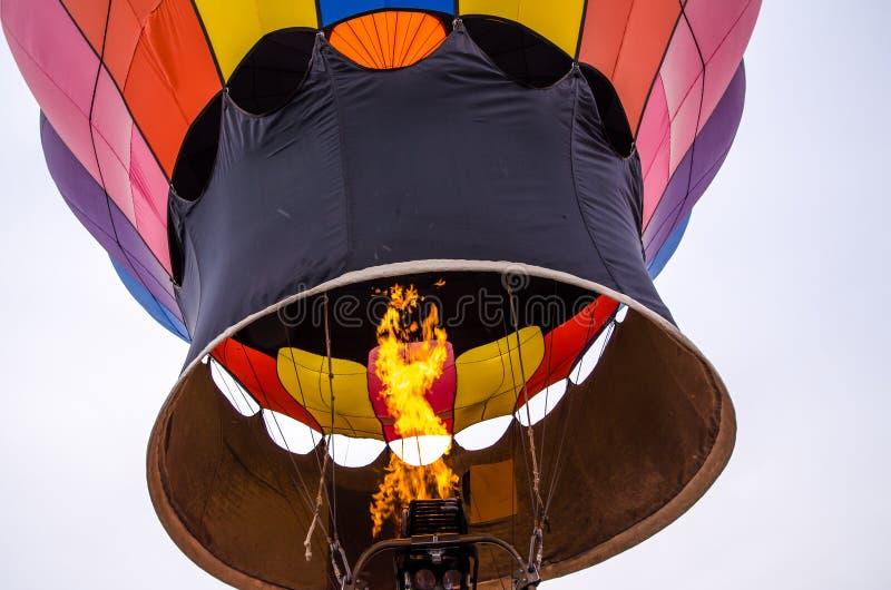 Bunte Heißluftballone erhalten mit Feuer an im Ballon aufsteigendem Festival der Heißluft aufgeblasen stockbild