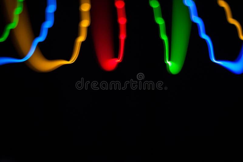 Bunte helle rote, gelbe, blaue und grüne Mischweihnachtslichter, die in verschiedene Richtungen fließen lizenzfreies stockbild