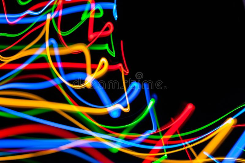 Bunte helle rote, gelbe, blaue und grüne Mischweihnachtslichter, die in verschiedene Richtungen fließen lizenzfreies stockfoto