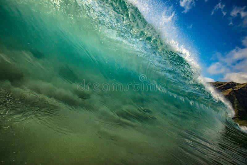 Bunte helle Welle des Ozeans mit grün-blauem Wasser und gespritztem Li lizenzfreie stockbilder