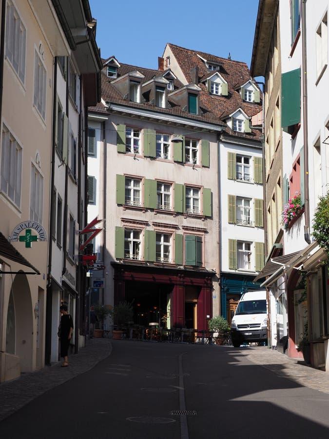 Bunte historische repräsentativhäuser und Straße im Europäer Basel-Stadtzentrum in der Schweiz - Vertikale lizenzfreies stockfoto