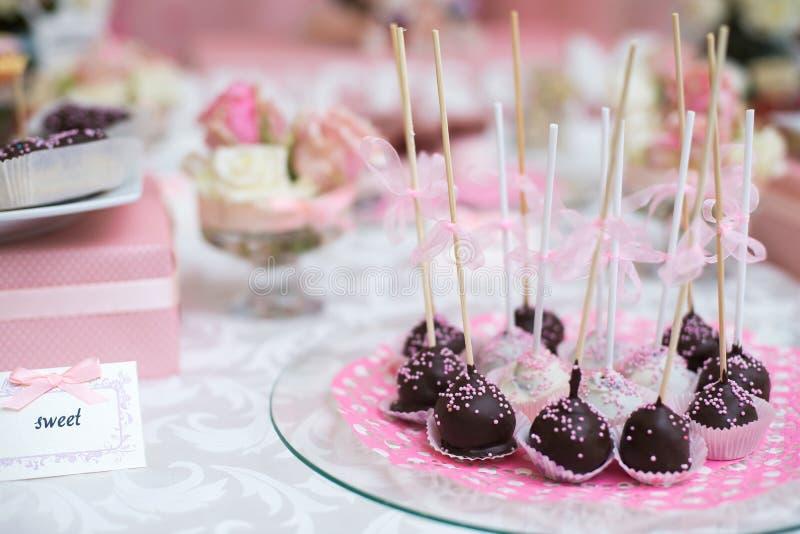 Bunte Hochzeits-Süßigkeits-Tabelle mit ganzem lizenzfreies stockbild