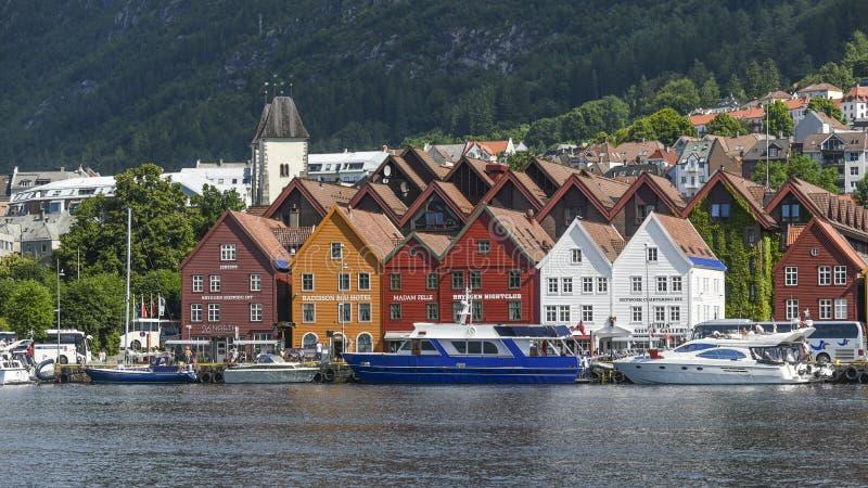 Bunte Holzhäuser auf der Küste von Bergen in Norwegen, das MAI stockfotografie