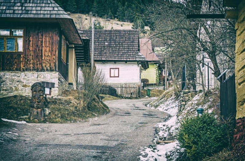 Bunte Holzhäuser in Vlkolinec, analoger Filter stockbilder