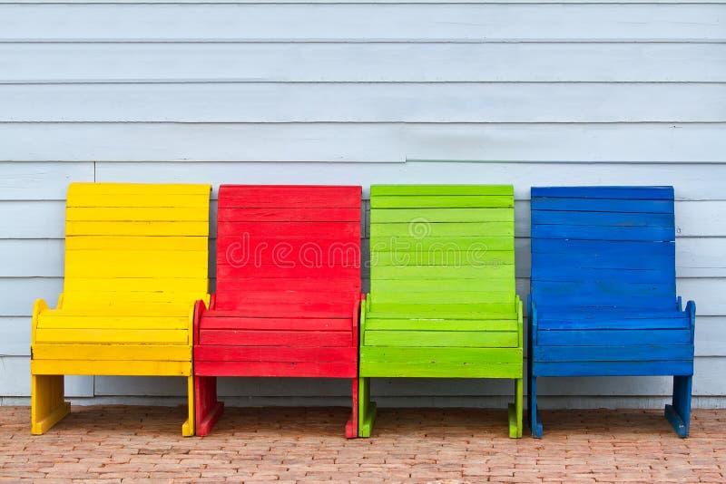 Bunte Holzstühle bunte holzstühle stockfoto bild weinlese dekoration 32611258