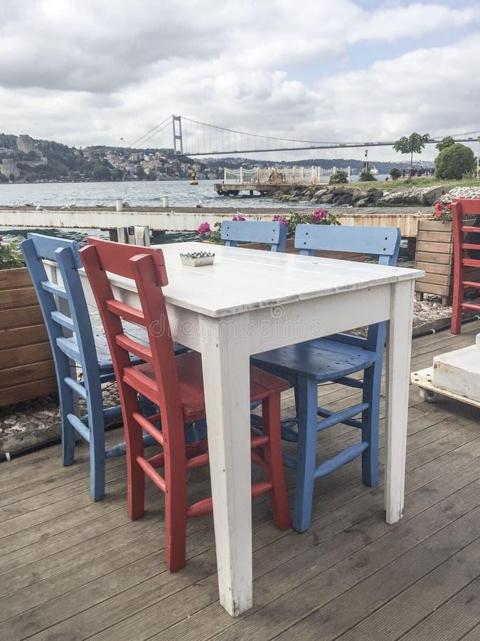 Bunte Holzstühle bunte holzstühle und tabelle eines cafés durch meer stockbild bild