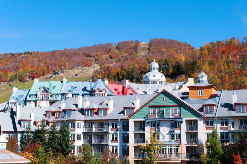 Bunte Hotels in Mont Tremblant, Quebec stockfotos