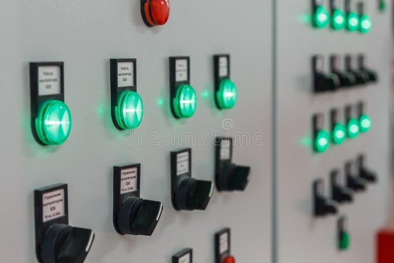 bunte Indikatoren und leuchtende Knöpfe auf dem Instrumentenbrett stockbilder