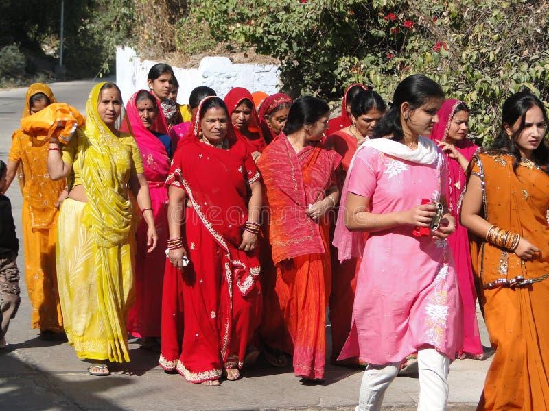 Bunte indische Frauen bilden eine Hochzeitsprozession lizenzfreies stockfoto