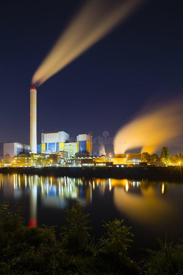 Bunte Industrie nachts stockbilder