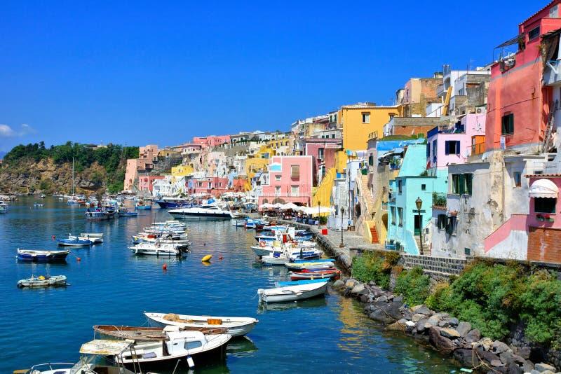 Bunte Inselstadt in Italien mit den Pastellgebäuden, die den Hafen von Procida zeichnen lizenzfreies stockbild