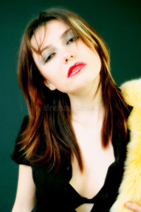 Bunte junge Frau mit gelber Boa stockbild