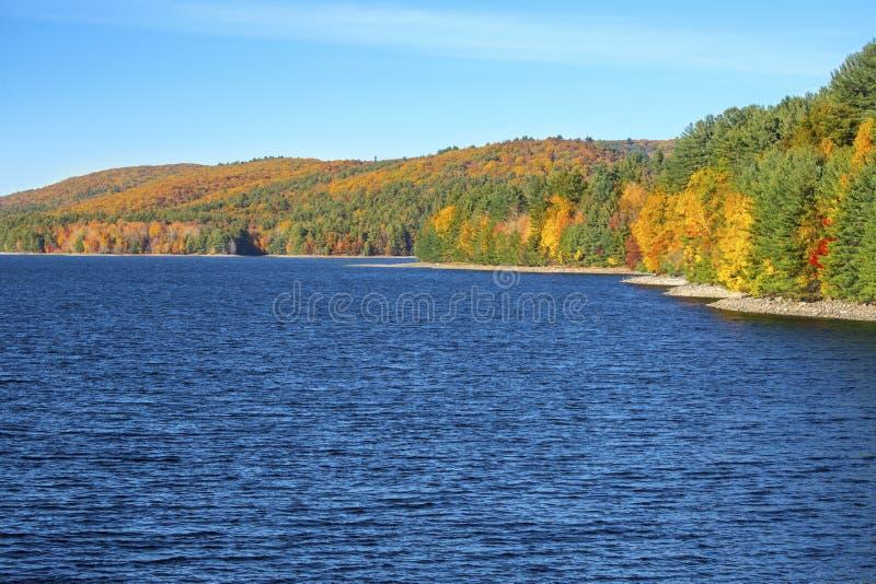 Bunte Küstenlinie von Barkhamsted-Reservoir im Oktober stockbild
